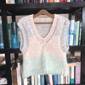 Smuk vest i uld, alpaka og silke sælges. Flere kan strikkes på bestilling i andre farver eller størrelser🌸  Prisen er fast  #trendsalesfund  Besøg gerne vores Instagram: Ønskestrik for flere veste, og andet strik
