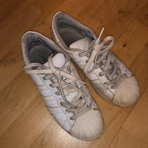 sælger disse Adidas all star sneakers. De er brugte, men kan dog godt bruges lidt mere. Kan godt gøres rene inden de bliver sendt :))