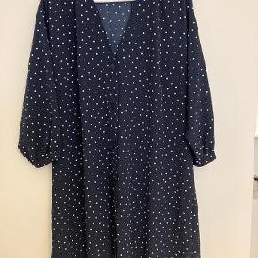 Fin kjole med hvide prikker sælges! Brugt og vasket en gang. Den falder rigtig fint.