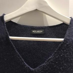 Mørkeblå sweater med v-hals fra Mos Mosh. Den fnulrer lidt, men er ellers i fin stand.