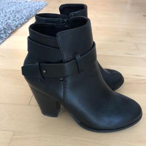 Støvler med hæl fra Nelly Shoes. Brugt 4-5 gange.
