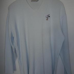 Varetype: Rummelig  lyseblå Donaldson sweater Farve: lyseblå  Lækker Donaldson sweater i 50 % bomuld og 50% akryl.  Længde 70 cm  Brystmål 64 cm x 2