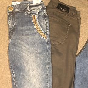 4 par jeans og en nederdel, alt fra Mos Mosh.  Etta Inca jeans str. 25 Duffy Coated jeans str. 26 Ozzy Winston skirt str. 26 Sumner deluxe jeans str. 25 Sumner vintage jeans str. 27  De er alle store i strørrelserne. Jeg bruger normalt str 28/29 i jeans og passer dem.....  Nyprisen ligger mellem 800 og 1000 kr pr par. De er kun brugt få gange - så 300 kr pr. par og 2 par for 500kr 😊  Se også mine andre annoncer i Mos Mosh, Lollys Laundry m.m.