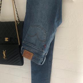 Levis / Levi's jeans Model: Super Skinny 710, populær basic model.   Nypris 1049,- hos Levis.   Brugt en gang, sælges pga forkert størrelse.  Størrelsen er 26, lidt store i størrelsen, ca. xs/s.