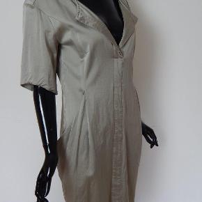 Whiite kjole 38, grå m/store lommer, lang lynlås bagpå, brugt vasket 2 gange Mål: Bryst 90 cm, lgd 90 cm