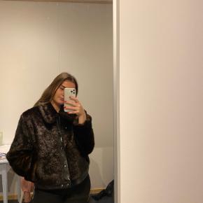 Smukkeste faux ples jakke/bomer med krave og knapper, faux læder detaljer Slidmærke på bag armen, dog har jeg ingen billeder af dette Skriv gerne for mere information 😀
