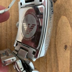 Solid stainless steel, 50 meters/5ATM, AR-0181. En del ridser. Kan muligvis fremskaffe både ægthedsbevis og ekstra lænker, så det passer til alle håndled. Mangler nyt batteri (koster ca. 50 kr. hos urmageren)