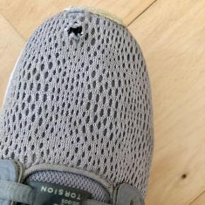 Grå Adidas-sneakers 👟 God stand pånær hul i nettet på højre sko 💨 Størrelse: 38 📏  Original pris: ca. 700 kr. 💰 Nu: 75 kr. 👌🏻 . #karolinesklædeskab