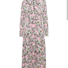 Smukkeste farverige kjole 🌸💕 brugt 2 gange, så fremstår som ny!!
