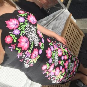 Sød kjole med justerbare stropper 🌺