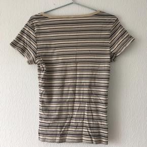 Stribet t-shirt, der står intet mærke er størrelse i, men jeg vil mene at det er en str. M/38-40