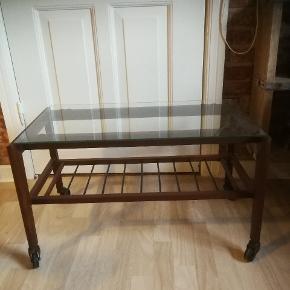 Lavt rullebord. Glaspladen er ik originalt. Måler 71 cm lang 37,5 bred og 42 cm høj.