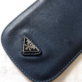 Lille pung til mobil eller kort fra Prada i en mørk blå farve.  Intet tegn på brug.