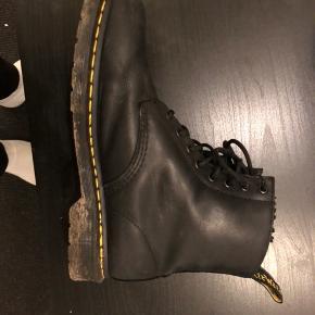 Dr. Martens støvler Str. 45 Cond 7/10 - ikke brugt særlig meget, kun uundgåelige mærker i læderet Endelig byd Obs. Vaskes selvfølgelig før salg