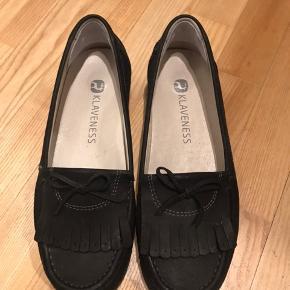 Klaveness Anita ballerina sko i str 37. Passes af en 37-38.  Sålen kan tages ud så der enten er plads til et indlæg, eller for mere plads til foden.  Brugt 1 gang og står bare og samler støv.  Nypris er 1200.