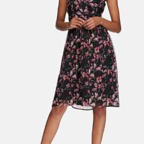 Fin luftig sommerkjole med blomstermotiv, med stropper og dobbeltlag.