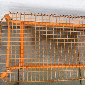 Orange metal bænk fra Ikea L: 100 cm B: 40 cm H: 43 cm Nypris 300 kr   Har stået ude og har derfor lidt rust