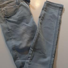 De lækreste, superbløde og megastretchy jeans fra Vila. Superskinny, medium rise. Næsten ikke brugt, ingen brugsspor 👌😊