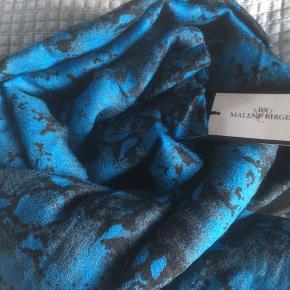 Mærke: By Malene Birger Style: Q42261010 PYTRALA Materiale: 100% Wool Måler: 150x150 cm Tørklædet: Meget fint og blødt tørklæde  Farve: blålig farve mikset med sort. Col 379 Stand: Fået i gave, men ikke brugt  Nypris 1295 kr  Sælges 450 kr