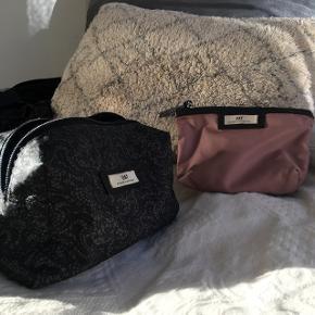 Stor toilettaske i sort mønster og kosmetikpung i rosa! Sælges samlet!