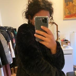 Lækker faux pels jakke, super blød og dejlig varmt. Perfekt til det kommende efterårsvejr!! ❤️