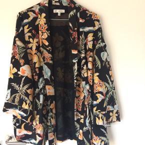 Blazer/kimono fra zara str s-m  Brugt en gang, så er i perfekt stand   Kom selv med et bud på en pris :)