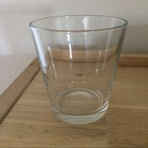 jeg har 14 stk vandglas som jeg ikke vil ha mere de er som nye.de kan godt tåler opvaskemaskine og de er Højde: 8 cm Volume: 20 cl Afhentes i Odense S