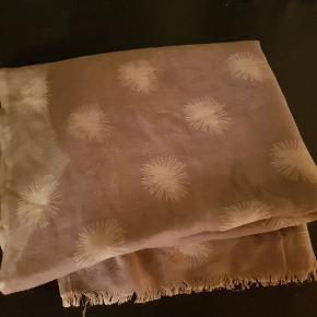 Skønt stort tørklæde i 50%uld og 50%bomuld.