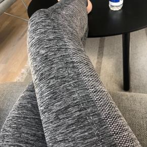 Active fit højtaljede tights str. M (passes af en S). Sælges da jeg ikke får dem brugt