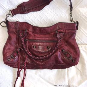 Jeg sælger min Balenciaga Small Burgundy First med tilhørende spejl og dustbag. Jeg håber, at en anden kan få glæde af den, da den er i virkelig god stand og dermed har mange flere år i sig. Skriv, hvis du ønsker flere billeder eller detaljer 💘💖💘👜👜 (tasken kan bæres som crossbody eller over skulderen)