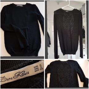 Rigtig sød bluse fra Zara Knit, med fin blonde detalje på ryggen.  Passer også en Medium. L: 68cm BM: 2x44cm Ærmer: 66cm  95% polyester, 5% elastane.
