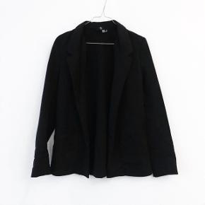 H&M blazer   størrelse: 34   pris: 50 kr   Fragt: 37 kr ( 33 kr ved TS handel )  obs der mangler en knap foran, der er en ekstra med så den kan bare syes på