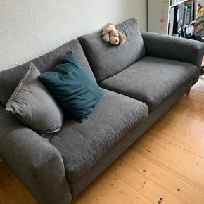 2 1/2 personers sofa i antracit stof og i koldskum med dun.   Mål: L218xH63xB92 cm  Nypris: 5.250kr (på tilbud)  Fra julen 2015, men har stået opmagasineret halvdelen af tiden sidenhen, og standen er derfor næsten som ny.
