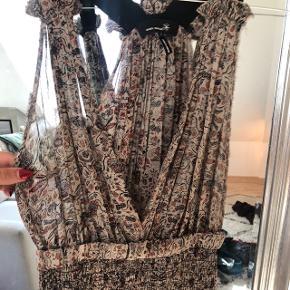 Sælger denne smukke Isabel Marant kjole, i det fineste stof.  Den er stretchy i materialet og kan derfor passe en S-M.