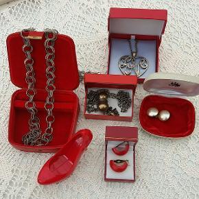 Diverse vintage retro smykker i gamle fine æsker. Priser fra 35