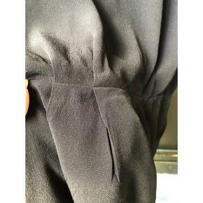 Lækker bluse/t-shirt/top fra Samsøe Samsøe i silke lignende materiale. Brugt en enkelt gang.