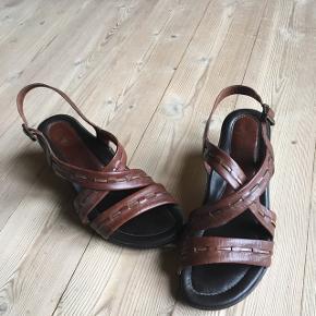 Sandal med lille hæl. Ukendt mærke.