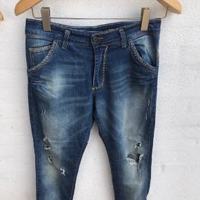 Så fede bukser fra please.  Livviden er 40 cm