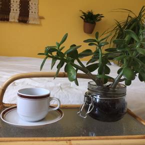 Retro stel fra mærket Kahla.  Jeg ligger inde med et stel på: 9x kaffekopper 9x underkopper 9x kagetallerkener   Det er muligt at købe delene enkeltvis.  Sælges billigt - bud modtages