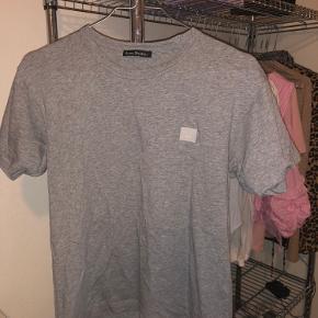Sælger min fede acne t-shirt da jeg ikke får den brugt mere. T-shirten fejler intet udover et lille hul, som dog er blevet syet sammen (ses på 3. billede) - men det er blevet syet sammen med meget ens farve som t-shirten så det er ikke noget man lægger mærke til. Trøjen er i str xs men den svarer ca. til xs/s  BYD endelig