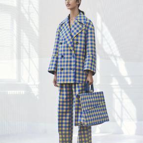 Varetype: Jakke Farve: Blå,   Gul Oprindelig købspris: 2200 kr.  Oversized tung jakke med dobbeltradet knaplukning foran. Notch lapels og sidelommer. Jakken er fuldforet. Materiale: 67% Polyester 30% Viskose 3% Elastan