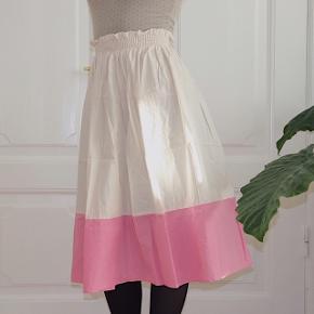 Hvid vintage nederdel med lyserød kant 🌺 Det er en størrelse 34, men da den har elastikbånd så kan den passe op til 38 :)
