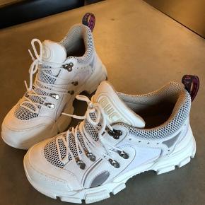 Næsten som ny kun lidt farve på sålen under sko pga brugt et par gange. Størrelses svarende. Mp 2800 pp.