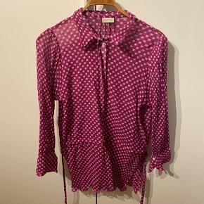 Smuk smuk bluse fra bmb med bindebånd i taljen.  Nypris omkring 2000, sælges for 400 pp