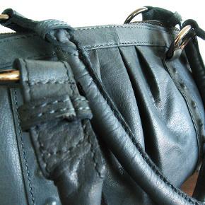 Lækker taske fra Nova i blødt skind. Indvendig består tasken af et stort hovedrum, flere små lommer, hvoraf 1 med lynlås. Mål 38x25x15cm.