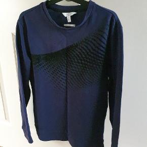 Rigtig lækker Calvin Klein sweater, som er god at holde varmen i til vinter/efterår. Den har et fedt mønster midt på trøjen samt har den et rigtig godt fit.