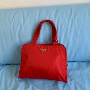 Farven er mere mørkerød i virkeligheden. Super lækker taske - perfekt til hverdagen og byen.