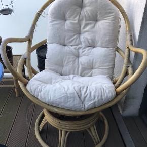 Fin bambusstol med hynde. Den er slidt og lakken er slidt af flere steder, men super charmerende og rigtig god og sidde i 😁 kom gerne med bud :)