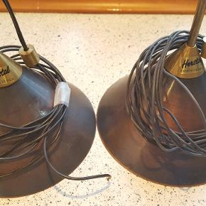 HERSTAL Sko Lamper. Kobber farvet. Knap nok brugt. Lysdæmper medfølger, samt skjuler til loftet. Den ene ledning er 225 cm lang og den anden er 120 cm lang. Justerbarer ophæng. De er en super flot stand.