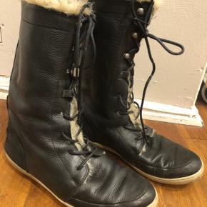 Bianco vinterstøvler med varm fyld i og snørrer.